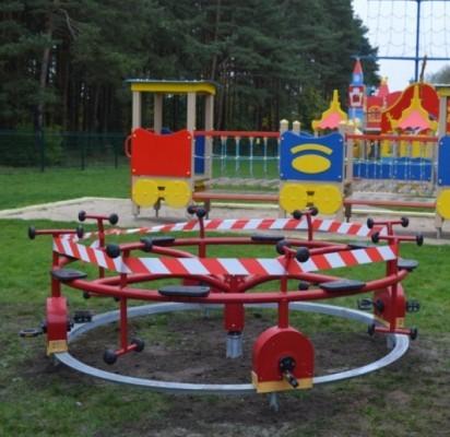 Originali karuselė suksis minant panašius į dviračio pedalus.