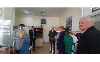 Meras Šarūnas Vaitkus su vicemeru Rimantu Mikalkėnu pasveikino Turizmo informacijos centro darbuotojus, prisiminė Allą Valužienę