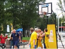 Gatvės krepšinio varžybose Palangos Rotary klubo komanda (žaidėjai kairėje) užėmė antrąją vietą.