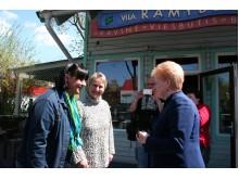"""D. Grybauskaitė pabendravo su kultūros centro """"Ramybė"""" įkūrėja G. Samokiene bei jo direktore S. Stankevičiene, su kuriomis jaunystėje kartu žaidė krepšinį. / D. Zibolienės nuotr."""