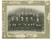 Aleksandras Tiškevičius su dvaro ūkvedžiais. Fot. I.  Stropus, 1910-1915 m.