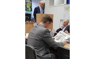 Seimo nariui Antanui Vinkui prisistatant Tarybos nariams, Seimo rinkimuose it musę kandęs  Vaidotas Bacevičius sklaidė laikraštį