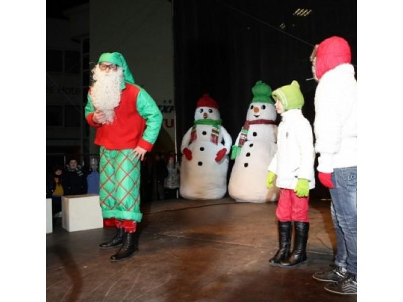 """Palangoje įžiebiant Kalėdų eglę sušalti neleis linksmieji """"Tele Bim Bam"""""""