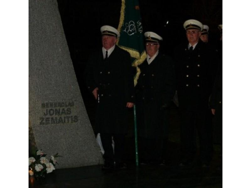 Šauliai padėjo gėlių prie generolo J.Žemaičio paminklo, uždegė žvakes, tylos minute pagerbė mirusiuosius.