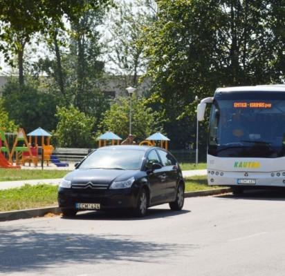 Į kitoje gatvės pusėje esančią naują vaikų žaidimo aikštelę einant perėja pamatyti atvažiuojantį automobilį kliudo čia sustatyti reisiniai autobusai.