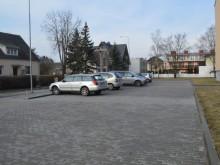 Automobilių stovėjimo aikštelėje įrengtos 24 vietos, tiek, kiek yra butų, tačiau dažnai čia stovi ne kaimynų automobiliai, o svetimų žmonių.
