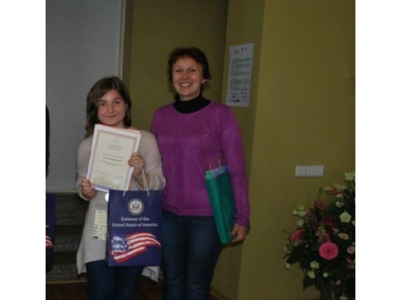 B. Karpovič  su mokytoja A. Janušiene po apdovanojimų.