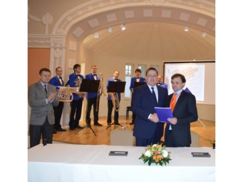 Bendradarbiavimo sutartį pasirašė Palangos meras Š. Vaitkus ir LVPIOA prezidentas V. Vapsva.