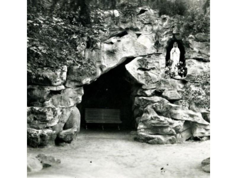 1899-1901 m. grafas Feliksas, paskatintas žmonos, pagal Prancūzijos Lurdo grotos pavyzdį įrengė Birutės parko Lurdą.