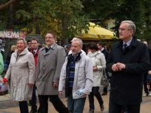 Iškilmingoje eisenoje žengė (iš dešinės) Seimo nariai P. Žeimys, J. Razma, Palangos meras Š. Vaitkus ir Bergeno Riugeno saloje merė A. Kioster.