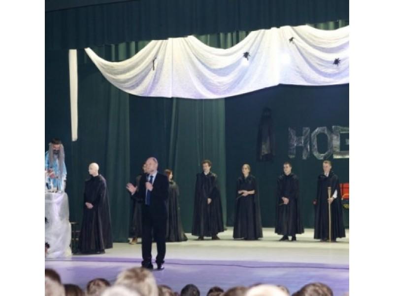 Porai valandų Hogvartsu tapusioje Senojoje gimnazijoje abiturientai pradėjo paskutinių 100 mokslo dienų atgalinę atskaitą. Ingridos Macijauskienės nuotr.