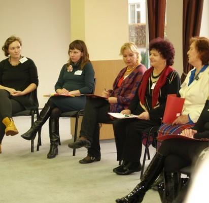 J.Cinskienė ir S.Benikienė (antra ir trečia iš kairės) sakė, jog praktinių užsiėmimų metu tikrai būta grįžtamojo ryšio su seminare dalyvavusių per 20 įvairių organizacijų atstovais.