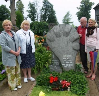 2013-ųjų liepos 10 d. L. Turauskaitė, G. Blekaitienė, A. Paliulis ir K. Masiulytė-Paliulienė  prie A. Mončio kapo Grūšlaukės kapinaitėse.