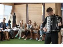 Žinomas kurorto akordeonistas Algirdas Benetis džiugino muzikos garsais.