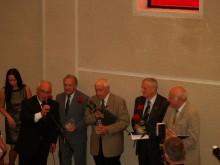 (Iš kairės) R.Kirstukas įteikė krištolines širdis ligoninės krikštatėviams: A.Gulbinui, L.Mardosui, R.Mikalkėnui ir D.Puodžiui.
