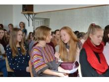 Palangiškės gimnazistės J. Stonkutė ir A. Sinušaitė (centre) su skuodiške J. Alsyte pasidalijo trečiąja vieta.