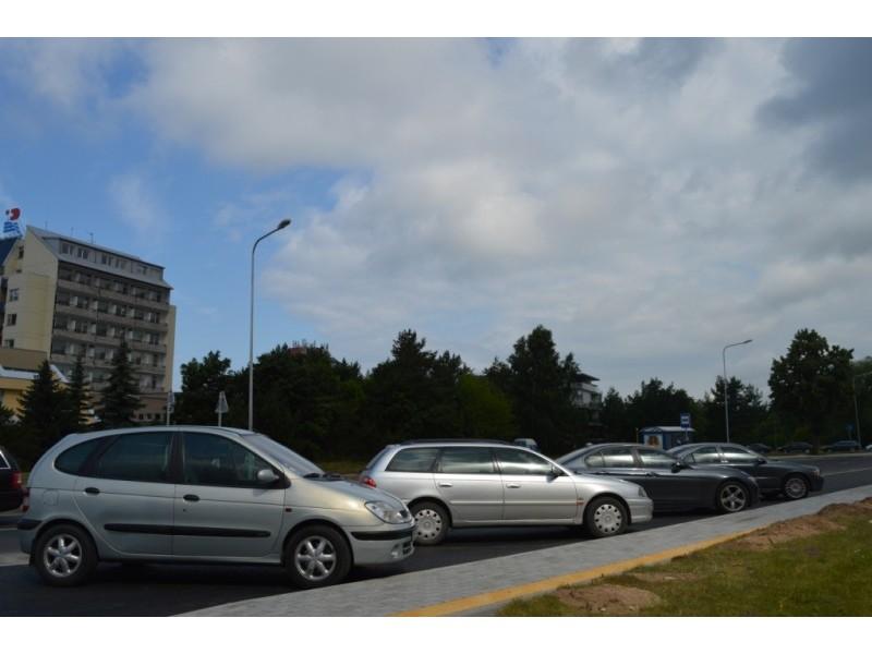 Ties Palangos reabilitacijos ligonine gatvė paplatinta – čia įrengtos vietos statyti automobiliams.