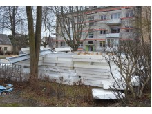"""Jūratės g. stiprus vėjas """"išstumdė"""" renovuojamų namų statybines medžiagas."""