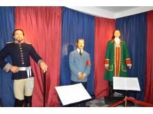 Į lankytojus žvelgia garsios istorinės asmenybės.