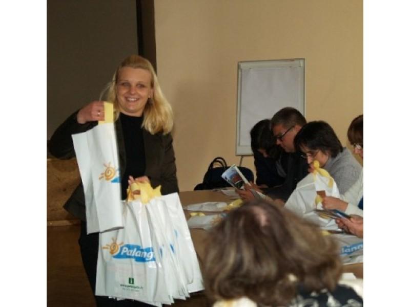 Kursų dalyviai susidomėję vartė K. Kubeldzienės (kairėje) įteiktus bukletus apie Palangą.