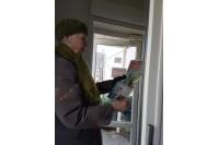 """""""Palangos tiltas"""" dirba, tačiau kitaip: prenumeratoriai laikraštį pasiima tarpdury, su kiekvienu pasišnekama per stiklines duris"""