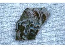 Viena iš XVII-XVIII a. koklių, ornamentuotų augaliniu ir geometriniu ornamentais bei dengtų žalia ir mėlyna glazūromis, šukių. V. Janušonio nuotr.
