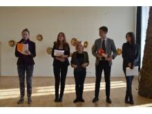 Vieno eilėraščio konkurso dalyviai. Jo laureatai – E. Šopagaitė (skaito) ir M. Tamašauskis.