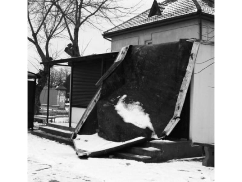 """Uraganas """"Felksas"""" nulupo Šventosios autobusų stoties paviljono stogą."""