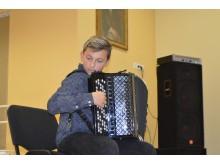 Tarp eilių skambėjo muzika. Akordeonu groja Mantas Leonardo Lizzi.