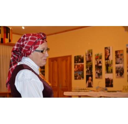"""Palangiškė Birutė Mockuvienė pristatė ansamblio """"Bočiai"""" jubiliejaus rengtą parodą Klaipėdoje."""
