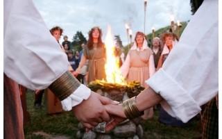 Naujosios Joninių tradicijos: prie laužo – šašlykai, fejerverkai ir alus