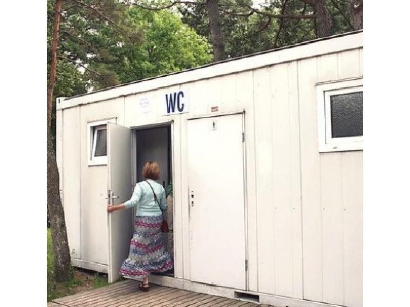 E. Kazlaučiūnaitės nuotr.:  Poilsiautoją iš konteinerinio tualeto Palangoje ugniagesiai gelbėtojai iškrapštė tik per nedidelį langelį.