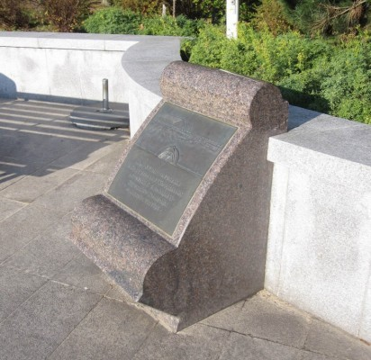 1989-ųjų rugpjūčio mėnesį Jūratės ir Kastyčio skvere atidengta Regimanto Midvikio sukurta granitinė stela, įamžinusi vietą, kur vyko pirmasis lietuviškas viešas spektaklis. /  K. Litvinienės nuotr.