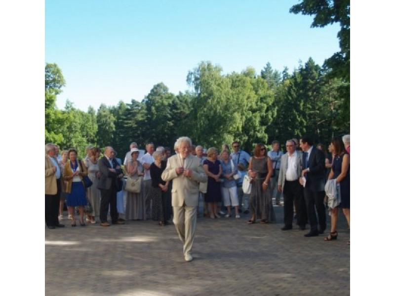 Į jubiliejines iškilmes atvykusius svečius pasitiko Lietuvos dailės muziejaus direktorius, Palangos miesto garbės pilietis Romualdas Budrys.