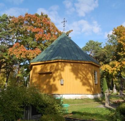 Palangos kapinėse iš tolo geltona spalva šviečianti medinė aštuoniakampė koplyčia senesnė nei pačios kapinės. / J. Valančiūtės nuotr.