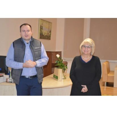 Palangos miesto savivaldybės viešosios bibliotekos Kultūros projektų vadovas Martynas Girininkas pristatė viešnią – žinomą žurnalistę Dalią Kutraitę.
