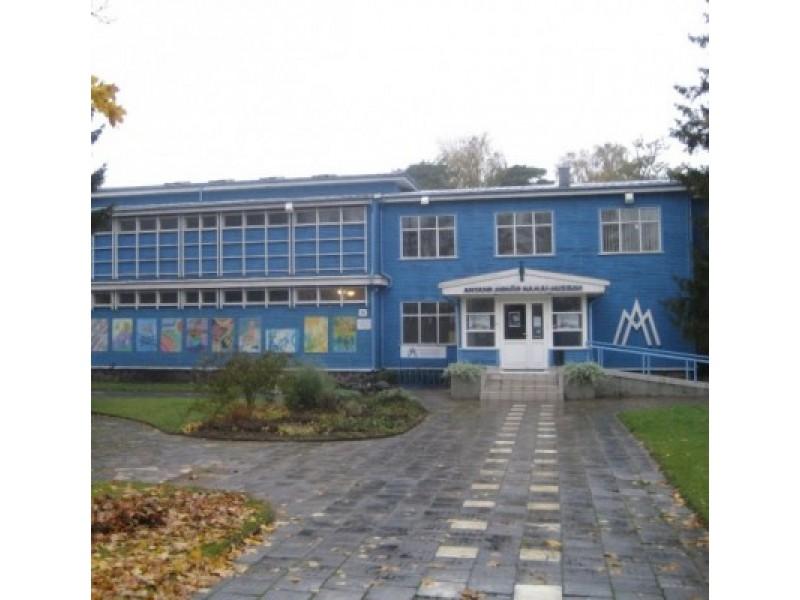 Rytinis pastato fasadas išsiskiria asimetrine skirtingų tūrių kompozicija. J. Valančiūtės nuotr.