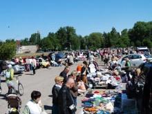 """""""Bagažinių"""" turgus Palangoje vyksta savaitgaliais, Taikos gatvėje esančioje aikštelėje, kaip daugelis jau įsitikino, labai tinkamoje tokiai veiklai, kadangi daug palangiškių gyvena būtent šioje pusėje, ir tik prastas oras tampa kliūtimi organizuoti turgų."""