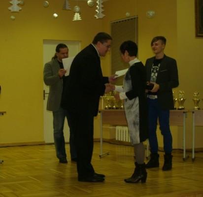 Palangos meras Š.Vaitkus įteikė atminimo dovanas lengvaatlečiui P.Baltrušiui (pirmas iš dešinės) ir jo trenerei I.Apanavičiūtei.