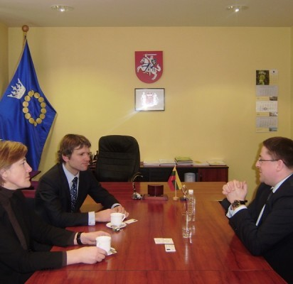 (Iš dešinės) Palangos meras Š.Vaitkus susitiko su susisiekimo viceministru A.Šliupu bei Palangos oro uosto direktore J.Jucevičiūte.