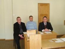 Teismo salėje atsakovų pusėje sėdėjo (iš dešinės) Palangos meras Š. Vaitkus, Juridinio ir personalo skyriaus vedėjo pavaduotojas V. Korsakas bei Ūkio ir turto skyriaus vedėjas K. Jakubauskas.