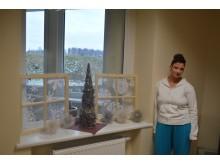 Globos namuose puošmenų netrūko, prie savo kūrinių įsiamžino Kristina.