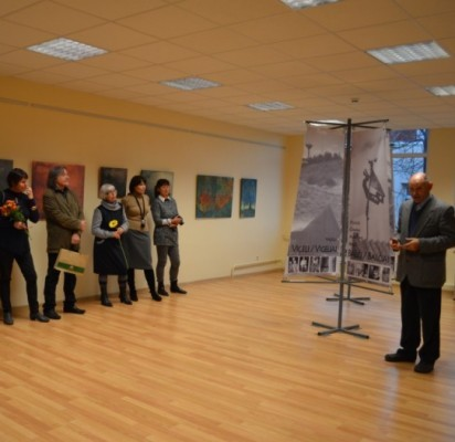 """Projekto dalyviai ir M. Balčius pristatė parodą """"Šventosios žemės atminties ženklai""""."""