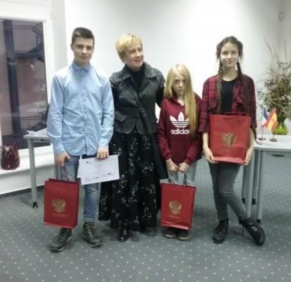 Gimnazistai, dalyvavę vertimo iš rusų kalbos sekcijoje, ir juos ruošusi mokytoja L.Augucevičienė.