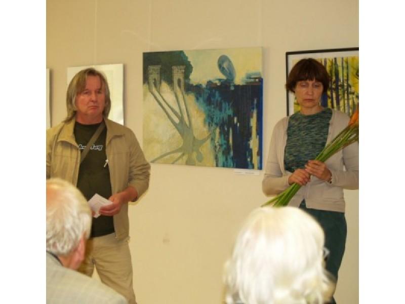 """Kūrybinės grupės """"Mostas"""" vadovas J.Griušys (kairėje) ir plenere Švėkšnoje dalyvavę dailininkai turėjo ką ne tik eksponuoti, bet ir papasakoti."""