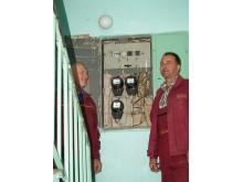 """""""Atliekame elektros skydelių profilaktinius darbus, izoliuojame laidus, keičiame jungiklius. Mūsų planiniai darbai"""", – sakė elektrikai Vytautas Stanius ir Romas Zaremba."""