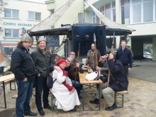 Šventės svečiai noriai fotografavosi su stilingaisiais Baltijos kuršių vikingais.