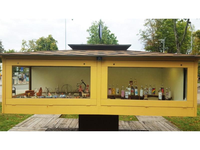 """Miniatiūrų mini galerijoje Palangoje – paroda """"Kurk etiketę daiktui, ne žmogui!"""""""