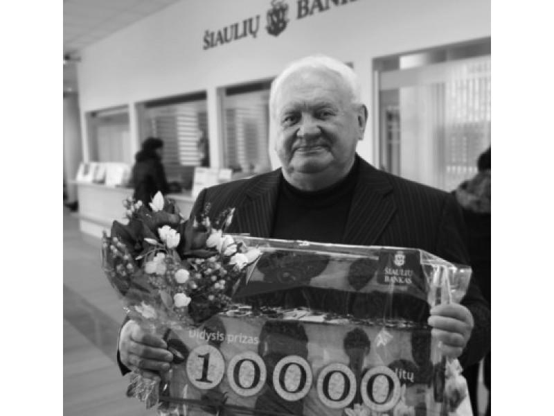 """Didžiojo """"Šiaulių banko"""" indėlių akcijos prizo laimėtojas kaunietis Pranciškus Demenis laimėtus pinigus skirs namo remontui."""