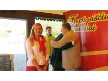 A. Bilotaitė ir P. Saudargas šypsosi: Š. Vaitkus stipriai apkabino J. Survilą.